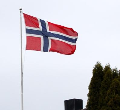 Det norske flagget på ei flaggstang av Hans-Petter Fjeld